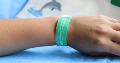 Unimed Litoral doa aos Bombeiros pulseiras para identificação de crianças nas praias